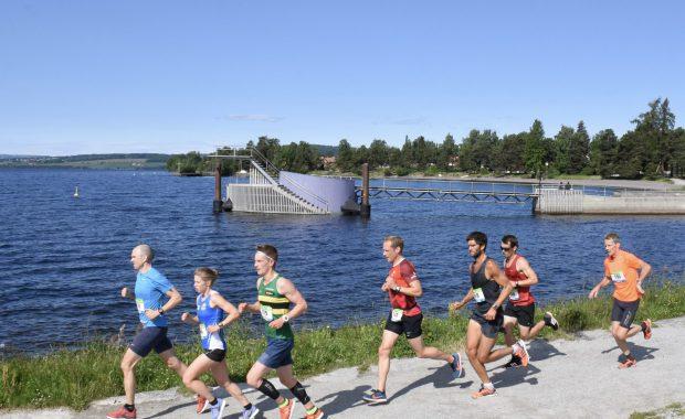 Stupetårnet på Hamar, folk som løper forbi